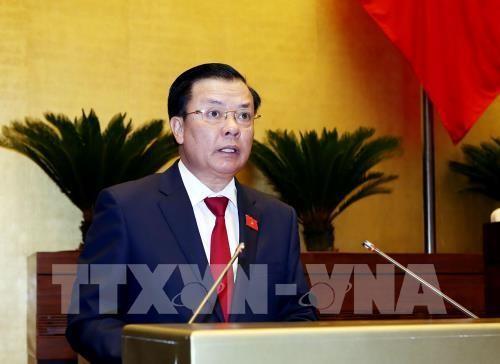 Bộ trưởng Bộ Tài chính Đinh Tiến Dũng trình bày Tờ trình dự án Luật quản lý nợ công (sửa đổi). Ảnh: TTXVN