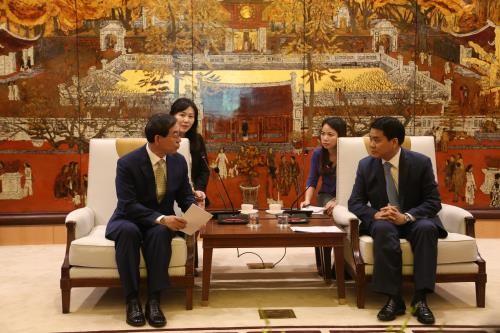 Chủ tịch UBND thành phố Hà Nội Nguyễn Đức Chung (phải) tiếp ngài Park Won Soon, Đặc phái viên Tổng Thống Hàn Quốc, Thị trưởng thành phố Seoul cùng đoàn công tác đang có chuyến thăm và làm việc tại Hà Nội. Ảnh: TTXVN