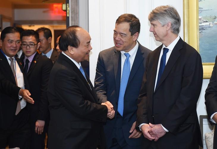 Thủ tướng Nguyễn Xuân Phúc chào hỏi thân mật các đại biểu dự tọa đàm. Ảnh: VGP/Quang Hiếu