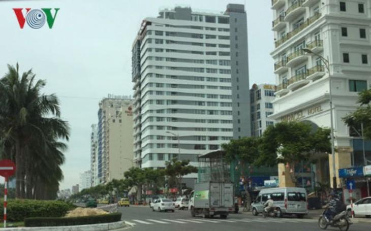 Nhiều khách sạn đua nhau mọc lên trên đường Võ Nguyên Giáp.