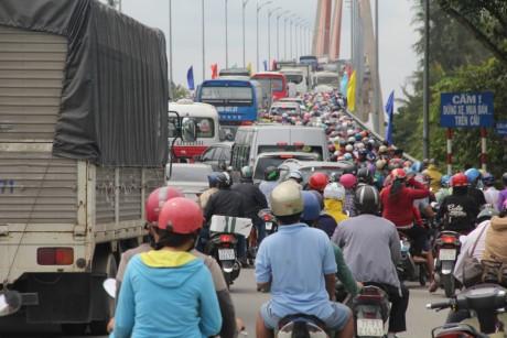 Thời gian gần đây cầu Rạch Miễu thường xuyên kẹt xe do lưu lượng giao thông quá lớn.