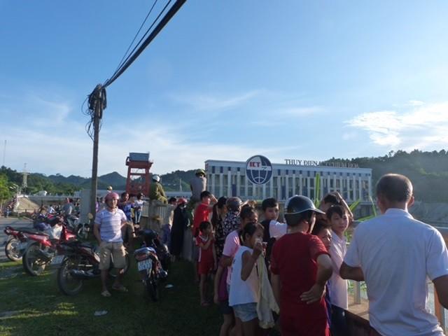 Người dân tụ tập tại hiện trường vụ sập cầu. Ảnh Internet