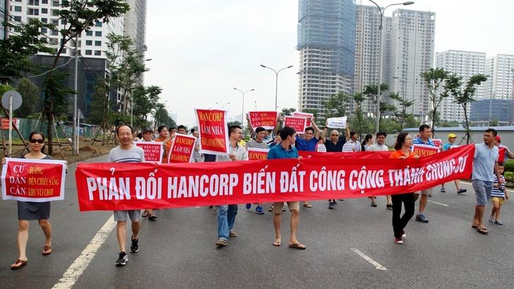 Cư dân khu Đoàn ngoại giao đã xuống đường căng băng rôn phản đối CĐT điều chỉnh quy hoạch tăng mật độ.