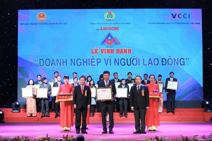 Ông Lê Cự Tân, Bí thư Đảng uỷ, Chủ tịch HĐQT đại diện PVFCCo nhận Bằng khen của Bộ LĐTB&XH