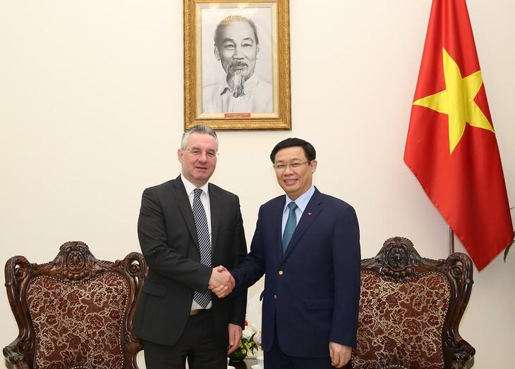 Phó Thủ tướng Vương Đình Huệ tiếp ông Jan Zahradil, Phó Chủ tịch Ủy ban Thương mại quốc tế của EP. Ảnh: VGP