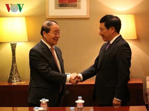Phó Thủ tướng, Bộ trưởng Ngoại giao Phạm Bình Minh tiếp Chủ tịch Hội Hữu nghị Hàn-Việt Choi Young-joo. Ảnh: VOV