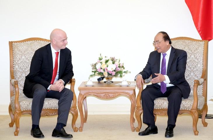 Thủ tướng Nguyễn Xuân Phúc và Chủ tịch FIFA Gianni Infantino - Ảnh: VGP