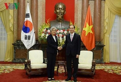 Chủ tịch nước Trần Đại Quang tiếp Bộ trưởng Ngoại giao Hàn Quốc Kang Kyung Wha - Ảnh: VOV