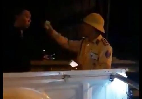 Trung tá Hưng chỉ vào mặt người quay video. Ảnh Cắt từ clip.