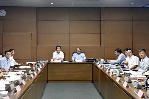 Thủ tướng Nguyễn Xuân Phúc dự thảo luận tổ với các đại biểu Quốc hội. Ảnh: VGP