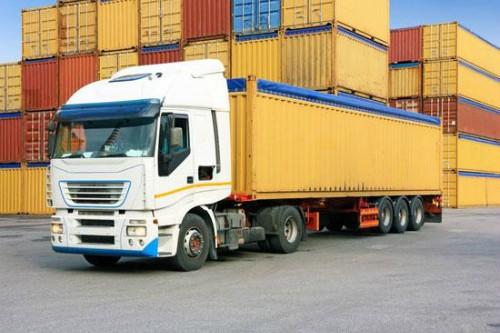 Giá xăng liên tục tăng ảnh hưởng đến doanh nghiệp vận tải. Ảnh: VT.