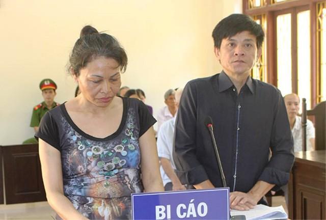 Bị cáo Nguyễn Thị Quyên và Lê Văn Phước tại phiên tòa (ảnh: báo Hà Nam)