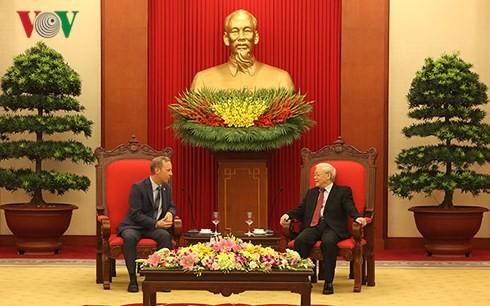 Tổng Bí thư Nguyễn Phú Trọng chúc mừng ông Gareth Ward bắt đầu đảm nhận cương vị Đại sứ Vương quốc Anh tại Việt Nam. Ảnh: VOV