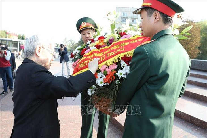 Tổng Bí thư Nguyễn Phú Trọng dâng hoa tại tượng đài Chủ tịch Hồ Chí Minh tại Moscow.