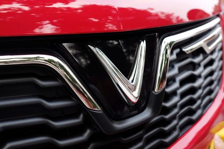Dấu ấn của những sản phẩm mang thương hiệu VinFast là logo chữ V mạ chrome sang trọng mà kiêu hãnh, thể hiện tinh thần tự hào Việt Nam - Vingroup - Vươn lên