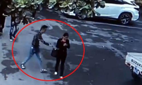 Nam thanh niên giật hồ sơ của một người phụ nữ vừa trúng đấu giá. Ảnh cắt từ video