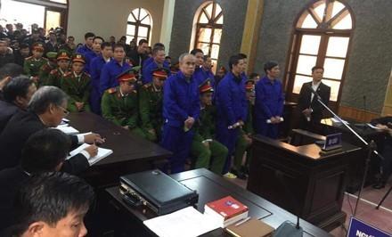 Các bị cáo nguyên là lãnh đạo, cán bộ huyện Mường La và Sở TN&MT tỉnh Sơn La có mặt tại toà sáng 10/12.