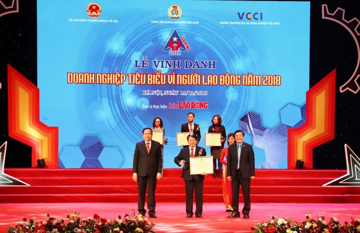 Ông Tống Xuân Phong, Chủ tịch Công đoàn đại diện PVFCCo nhận Bằng khen của Tổng liên đoàn Lao động Việt Nam.