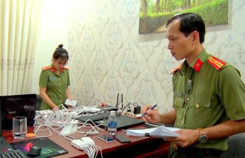Công an kiểm đếm thiết bị điện tử tại nơi nhóm người Trung Quốc thuê để làm thẻ ATM giả và đánh bạc.