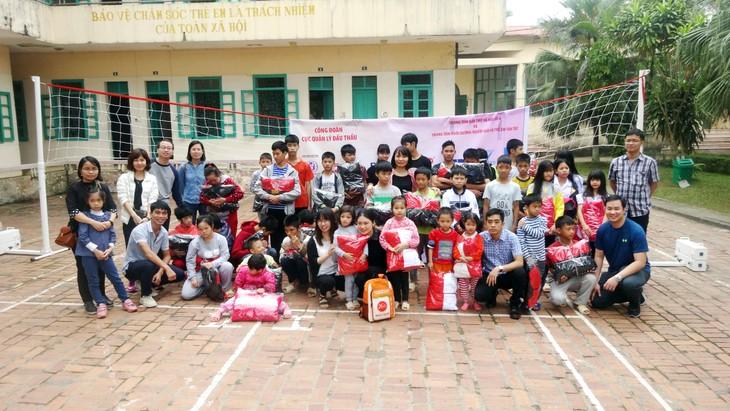 Phó Cục trưởng, Chủ tịch Công đoàn Cục QLĐT Nguyễn Thị Thúy Hằng trao quà cho trẻ em có hoàn cảnh đặc biệt tại Trung tâm Bảo trợ xã hội số 4 của Hà Nội.