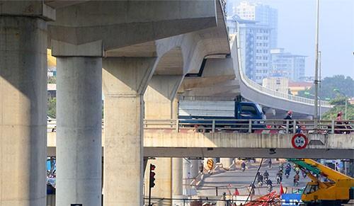 Các đoạn đi trên cao bắc qua cầu vượt Mai Dịch, Cầu Giấy đã được hoàn thiện, đơn vị thi công đang lắp đặt hệ thống lan can.