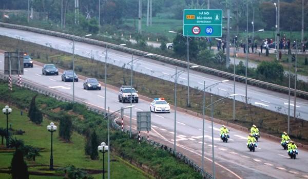 Đoàn xe của Triều Tiên chạy trên quốc lộ 1 ngày 26/2.