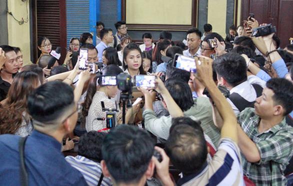 Phóng viên vây quanh bà Thảo sau khi HĐXX quyết định ngừng phiên tòa