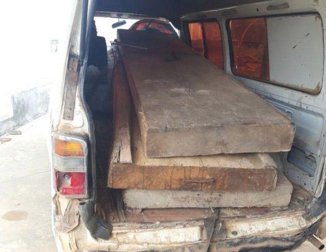 Xe chở 3 tấm gỗ pơ mu bị lực lượng chức năng xã Cư Đrăm bắt giữ (ảnh người dân cung cấp)