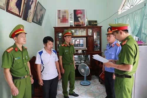 Công an đọc lệnh bắt tạm giam Hợp tại nhà.