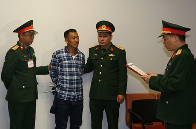 Cơ quan Điều tra hình sự Bộ Quốc phòng đọc các quyết định tống đạt tố tụng đối với bị can Lê Quang Hiếu Hùng.