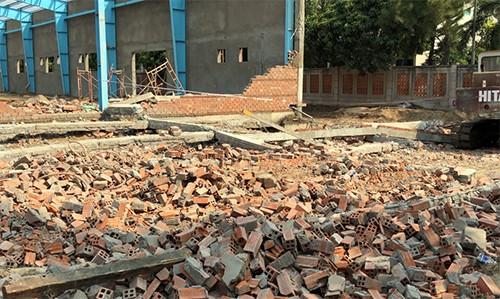 Các viên gạch của bức tường lớn vỡ vụn sau khi sập.