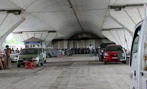 Đoạn gầm cầu vượt chạy qua phường Hoàng Liệt (Hoàng Mai, Hà Nội) là điểm trông giữ xe từng bị giải tỏa.