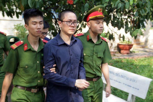 Các bị cáo bị dẫn giải về trại giam sau phiên tòa.