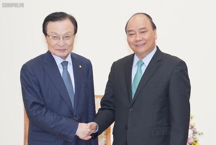 Thủ tướng Nguyễn Xuân Phúc tiếp Chủ tịch Đảng Dân chủ đồng hành Hàn Quốc, ông Lee Hae-chan. Ảnh: VGP