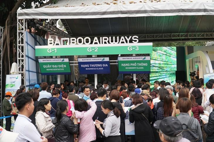 Hàng ngàn người có mặt trước gian hàng Bamboo Airways