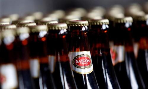 Sản phẩm bia của Sabeco được bày bán trên các kệ hàng.