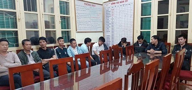 """12 đối tượng có hành vi lôi kéo khách đi taxi """"dù"""" gây mất an ninh trật tự tại sân bay quốc tế Nội Bài."""