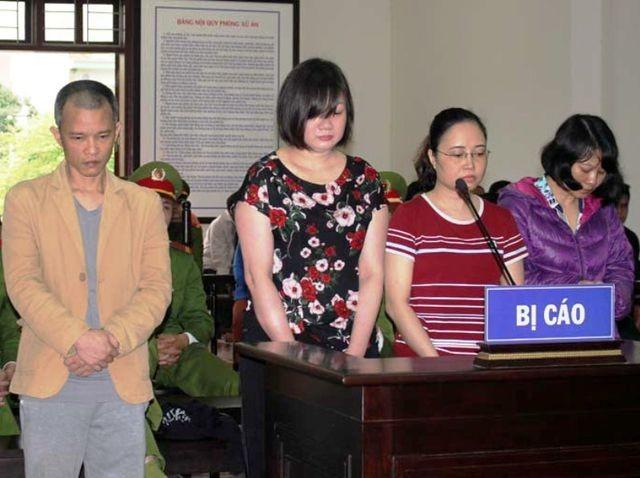 """""""Nữ quái"""" Nguyễn Thị Bình cùng các đối tượng lừa đảo """"chạy việc"""" chiếm đoạt hơn 23 tỷ đồng của gần 100 người lĩnh án 43 năm tù (ảnh: Báo Hòa Bình)."""