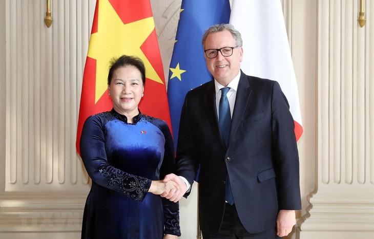 Quốc hội Nguyễn Thị Kim Ngân và Chủ tịch Hạ viện Cộng hòa Pháp Richard Farrand. Ảnh: TTXVN