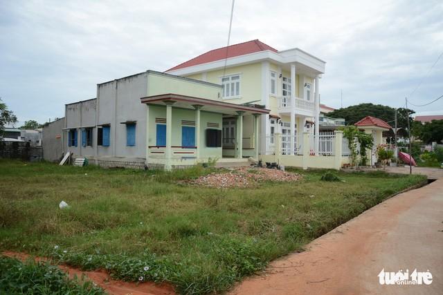 Căn nhà lầu (màu vàng) mà gia đình ông Lê Văn Mười đã xây nhầm trên đất của bà Nguyễn Thị Tám. Trong khi thửa đất thực sự của ông Mười là khoảnh trống bên phải căn nhà cấp 4