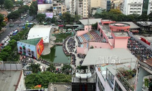 Công viên 23 Tháng 9 bị bãi giữ xe, sân khấu, quán cà phê chiếm đóng trong nhiều năm