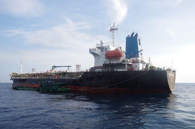 Lực lượng chức năng phát hiện vụ sang chiết xăng trái phép trên vùng biển Quảng Ngãi