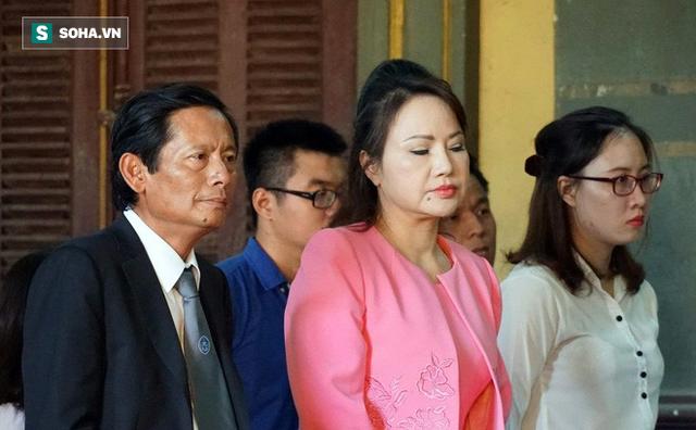 Bà Chu Thị Bình và luật sư của mình.