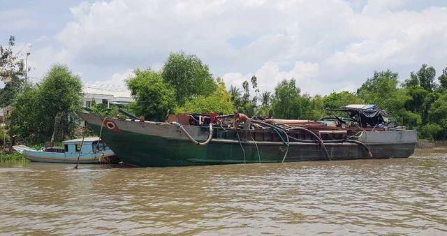Ghe sắt khai thác cát trái phép trên sông bị bắt giữ.