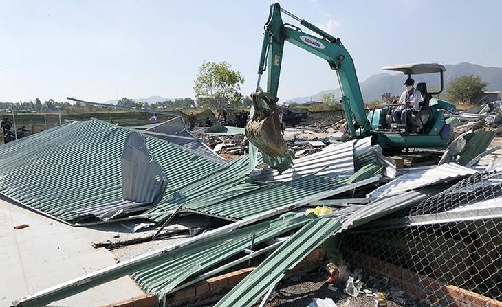 Nhiều ngôi nhà tạm bợ xây không phép ở Nha Trang bị cưỡng chế.
