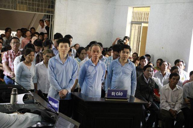 Bị cáo Chu Ngọc Hải (ngoài cùng bên trái) cùng 19 bị cáo khác tại phiên tòa