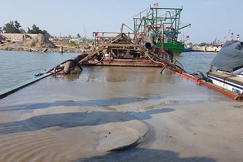 Tàu sắt hút hơn 100 m3 cát lậu giữa sông Thạch Hãn.