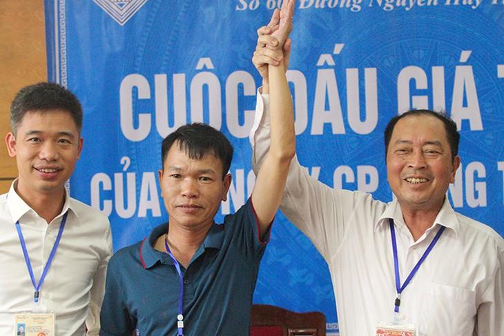 Ông Phương Vũ (giữa) là người trúng đấu giá.