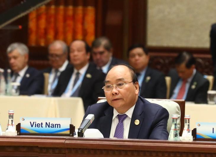 Thủ tướng Nguyễn Xuân Phúc dự hội nghị bàn tròn. Ảnh: VGP