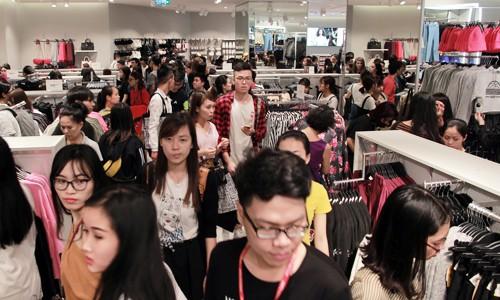 Khách hàng chen chân mua sắm trong ngày H&M ra mắt cửa hàng tại Hà Nội năm ngoái.